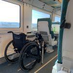 Una silla de ruedas dentro de un vagón de tren.