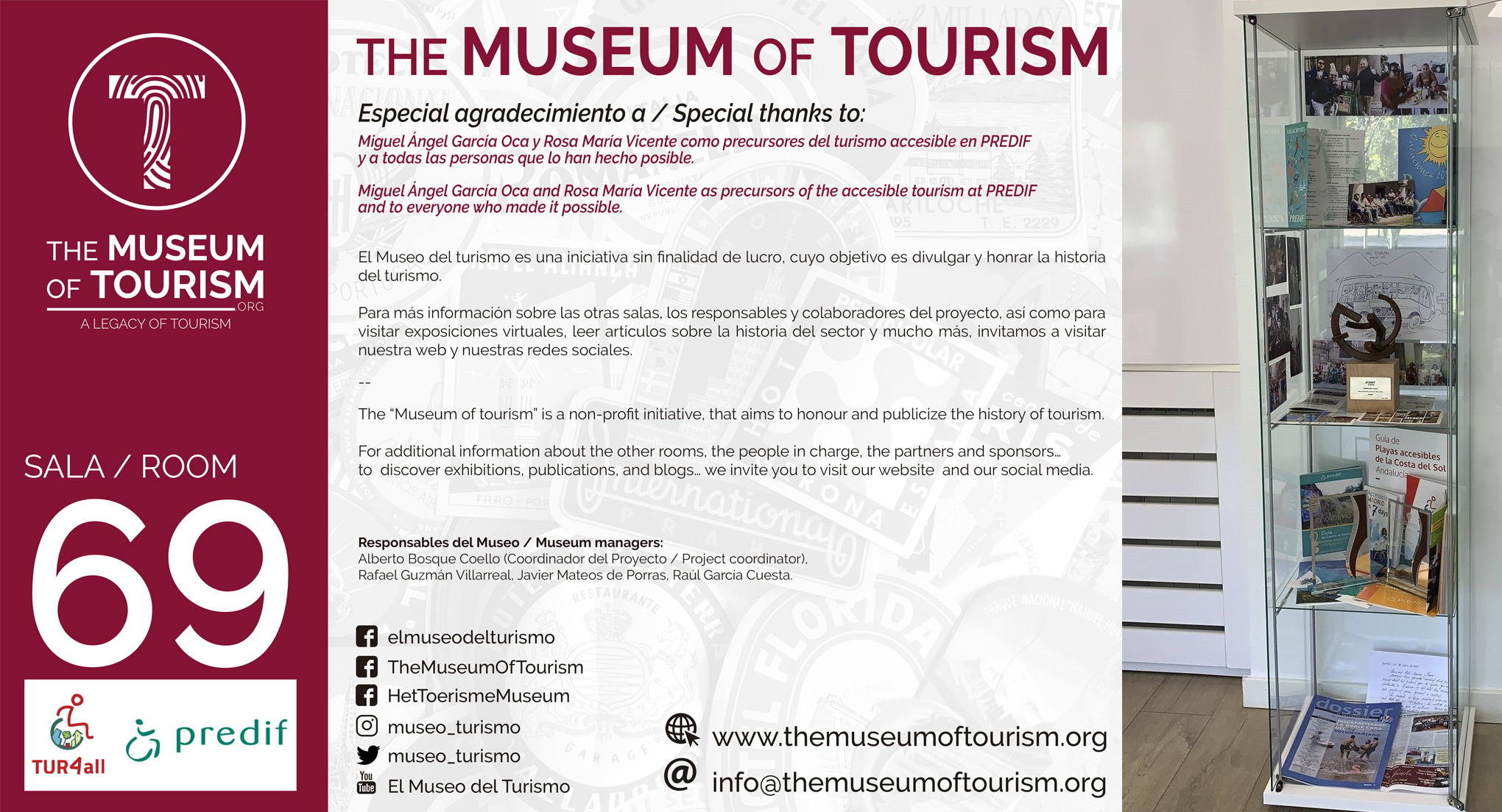 Cartel con el número 69 de sala y una foto de la vitrina de la sala de turismo accesible